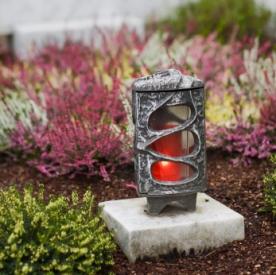 Moderne grablaternen verbreiten ein warmes licht - Moderne pflanzschalen ...